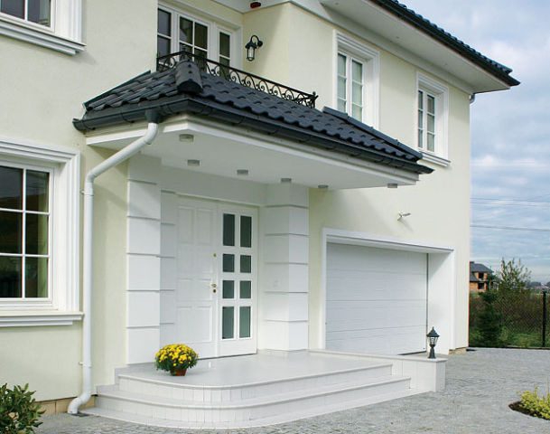фасад дома с металлической дверью
