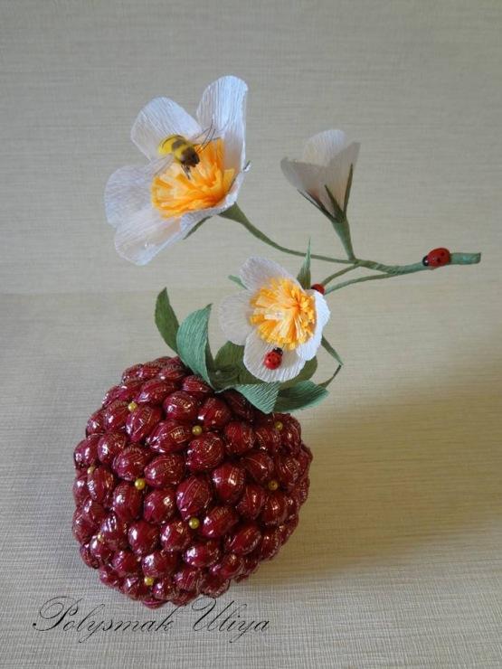 Ягода из конфет своими руками пошаговое фото