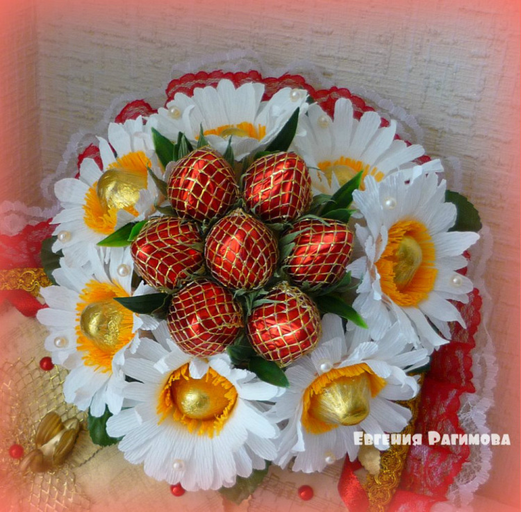 Ромашки с конфетами из гофрированной бумаги