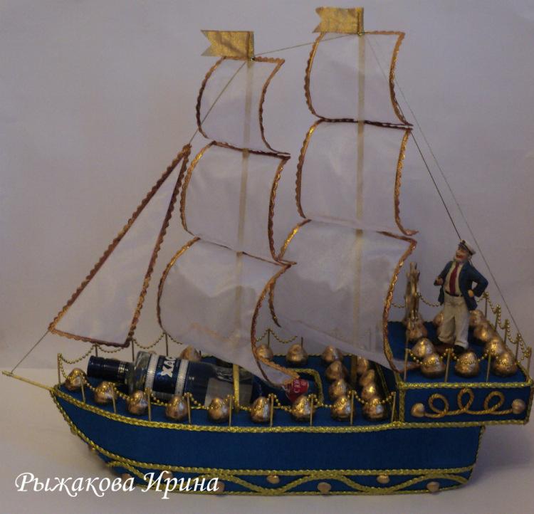 Корабль с бутылкой из конфет
