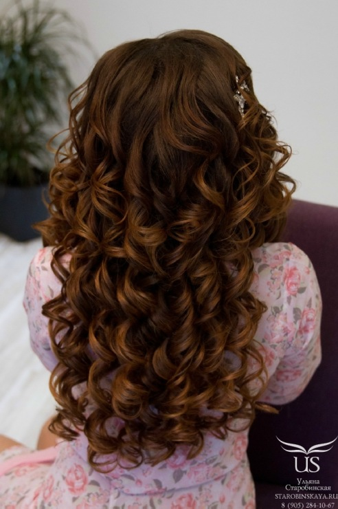 Прически с локонами и челкой на длинные волосы